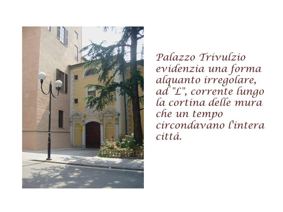 Palazzo Trivulzio evidenzia una forma alquanto irregolare, ad