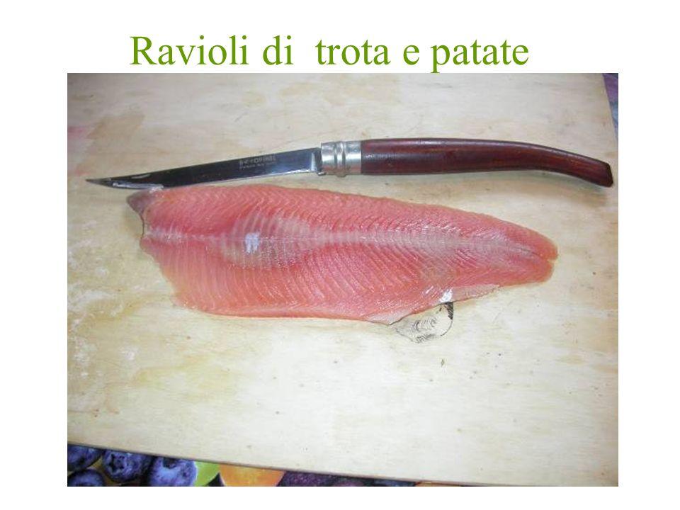 Preparazione Bollire le patate, filettare la trota e tagliarla a pezzettini Schiacciare le patate con una forchetta, aggiungere la trota alle patate e uniformare il tutto senza rompere il pesce