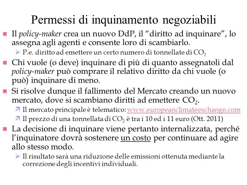 Permessi di inquinamento negoziabili n Il policy-maker crea un nuovo DdP, il diritto ad inquinare, lo assegna agli agenti e consente loro di scambiarl