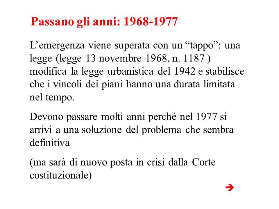 Passano gli anni: 1968-1977 Lemergenza viene superata con un tappo: una legge (legge 13 novembre 1968, n. 1187 ) modifica la legge urbanistica del 194