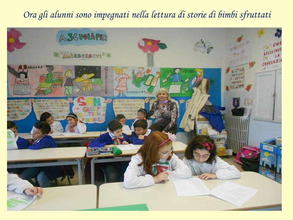 Ora gli alunni sono impegnati nella lettura di storie di bimbi sfruttati