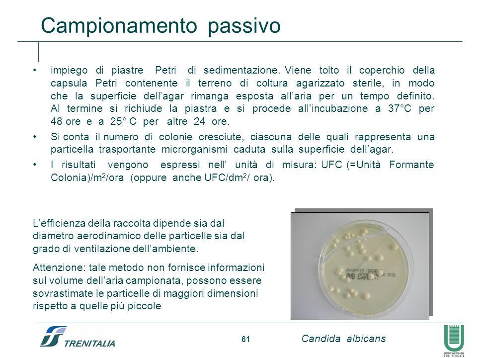 61 impiego di piastre Petri di sedimentazione. Viene tolto il coperchio della capsula Petri contenente il terreno di coltura agarizzato sterile, in mo