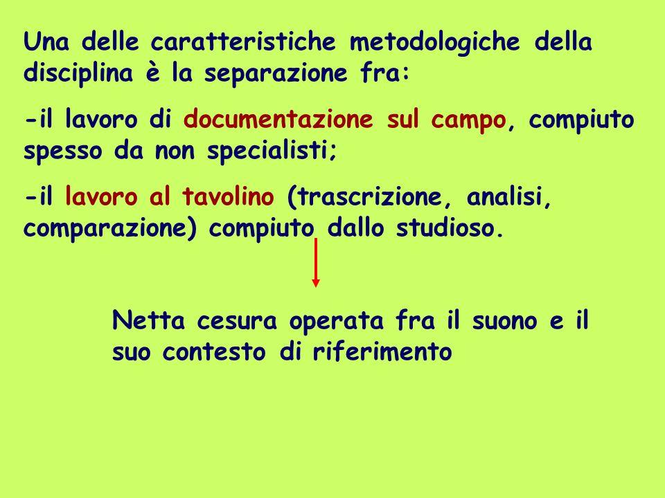 Una delle caratteristiche metodologiche della disciplina è la separazione fra: -il lavoro di documentazione sul campo, compiuto spesso da non speciali