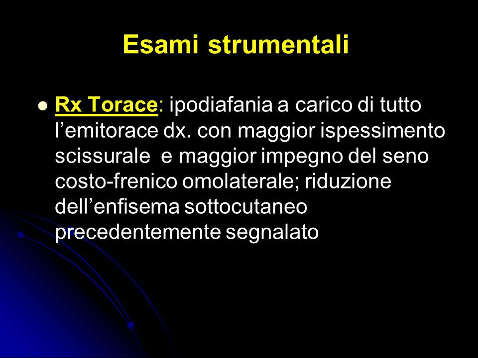 Esami strumentali Rx Torace: ipodiafania a carico di tutto lemitorace dx. con maggior ispessimento scissurale e maggior impegno del seno costo-frenico
