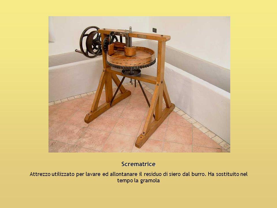 Scrematrice Attrezzo utilizzato per lavare ed allontanare il residuo di siero dal burro. Ha sostituito nel tempo la gramola