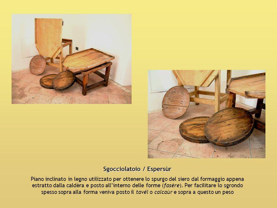 Sgocciolatoio / Espersùr Piano inclinato in legno utilizzato per ottenere lo spurgo del siero dal formaggio appena estratto dalla caldèra e posto alli