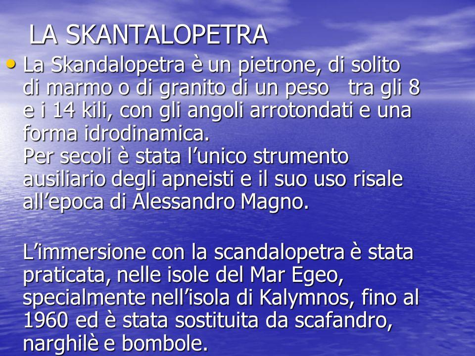 LA SKANTALOPETRA La Skandalopetra è un pietrone, di solito di marmo o di granito di un peso tra gli 8 e i 14 kili, con gli angoli arrotondati e una fo