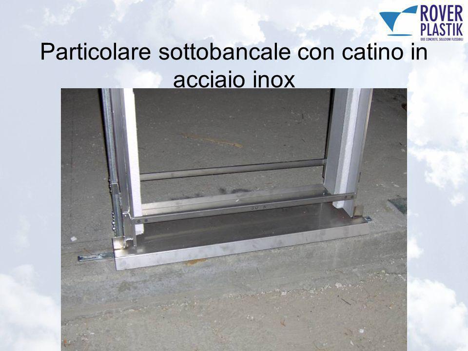 Particolare sottobancale con catino in acciaio inox