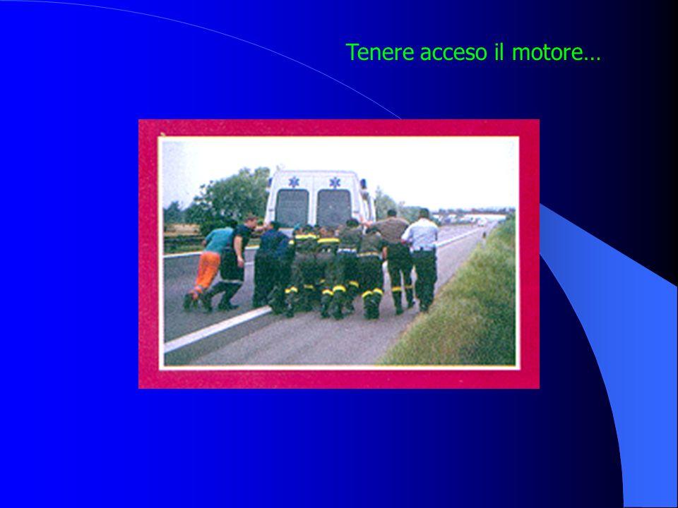 Ambulanza a protezione della scena Con le ruote sterzate Motore acceso, luci accese, lampeggianti accesi e 4 frecce Distanze di sicurezza sulla scena: