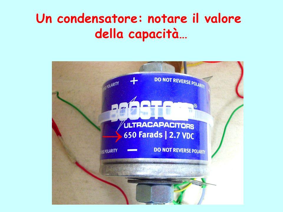 Un condensatore: notare il valore della capacità…