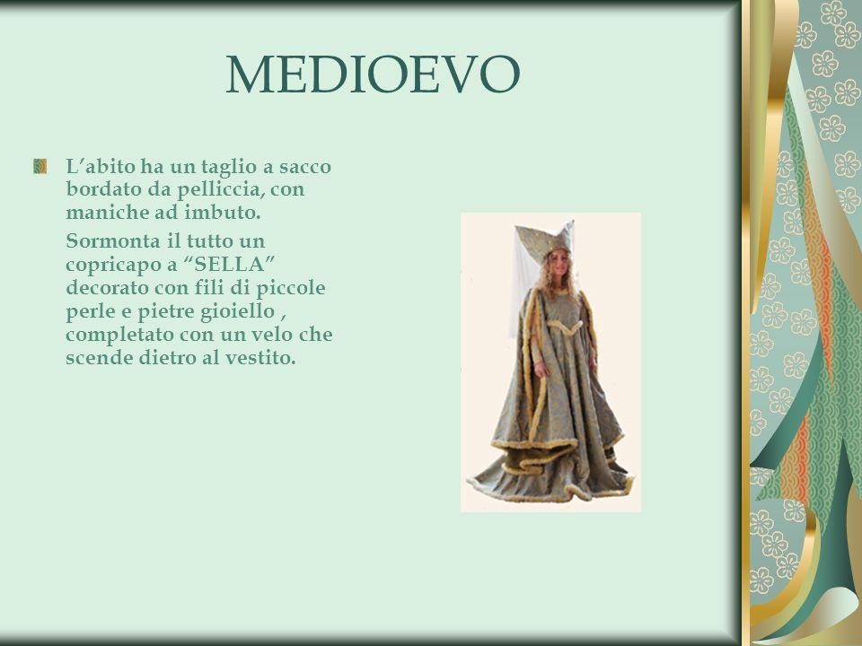 MEDIOEVO Labito ha un taglio a sacco bordato da pelliccia, con maniche ad imbuto. Sormonta il tutto un copricapo a SELLA decorato con fili di piccole