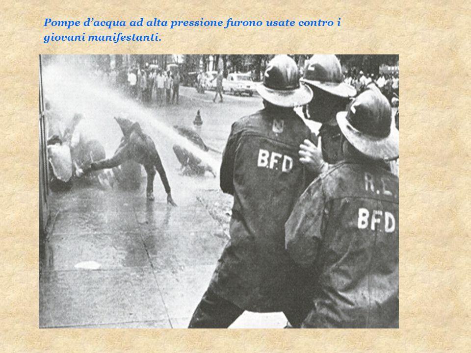 Pompe dacqua ad alta pressione furono usate contro i giovani manifestanti.