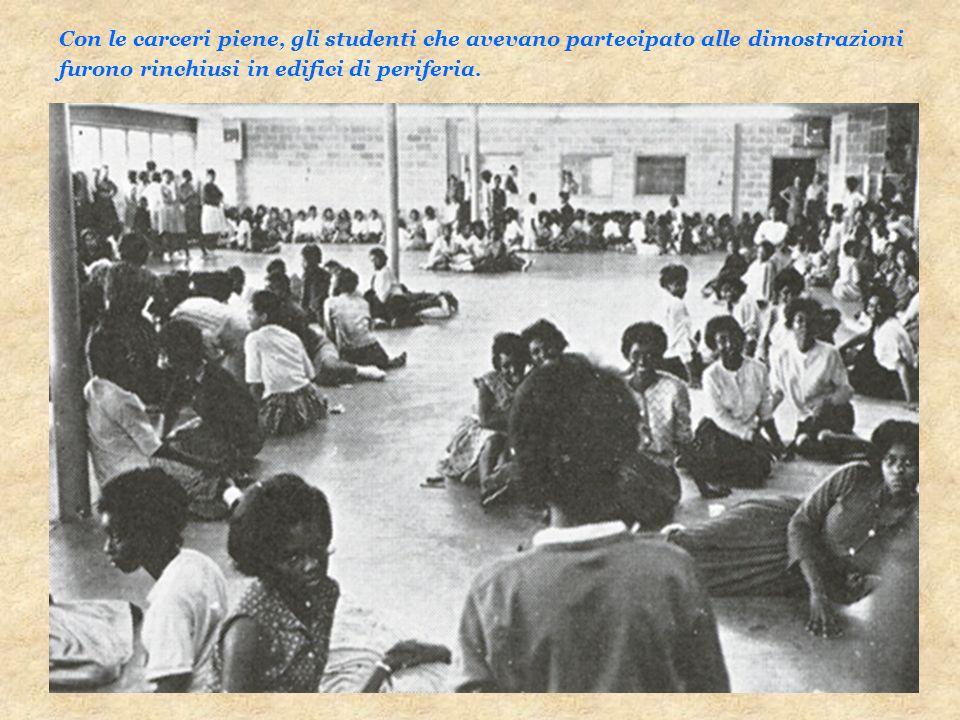 Con le carceri piene, gli studenti che avevano partecipato alle dimostrazioni furono rinchiusi in edifici di periferia.