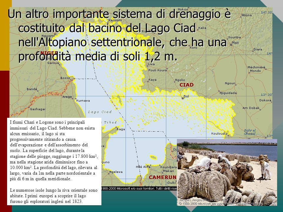 Un altro importante sistema di drenaggio è costituito dal bacino del Lago Ciad nell'Altopiano settentrionale, che ha una profondità media di soli 1,2