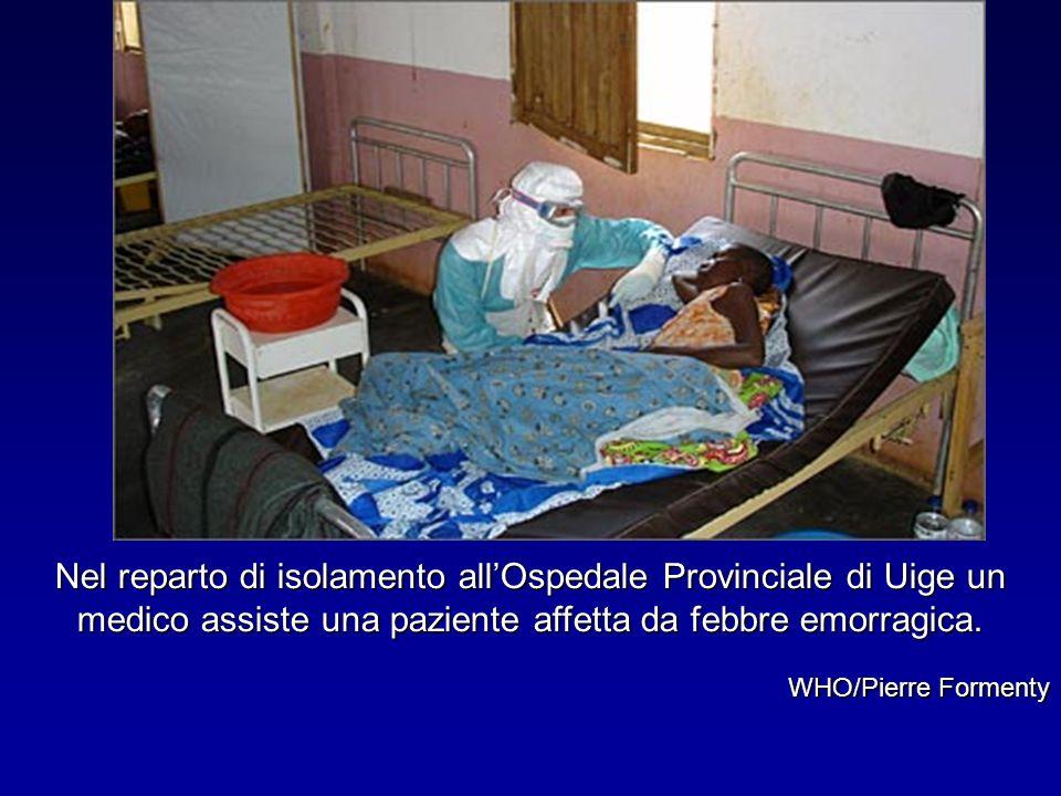 Nel reparto di isolamento allOspedale Provinciale di Uige un medico assiste una paziente affetta da febbre emorragica. WHO/Pierre Formenty