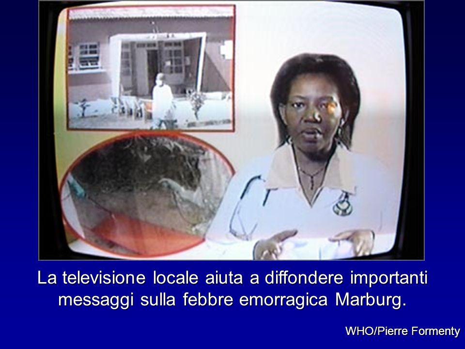 La televisione locale aiuta a diffondere importanti messaggi sulla febbre emorragica Marburg. WHO/Pierre Formenty