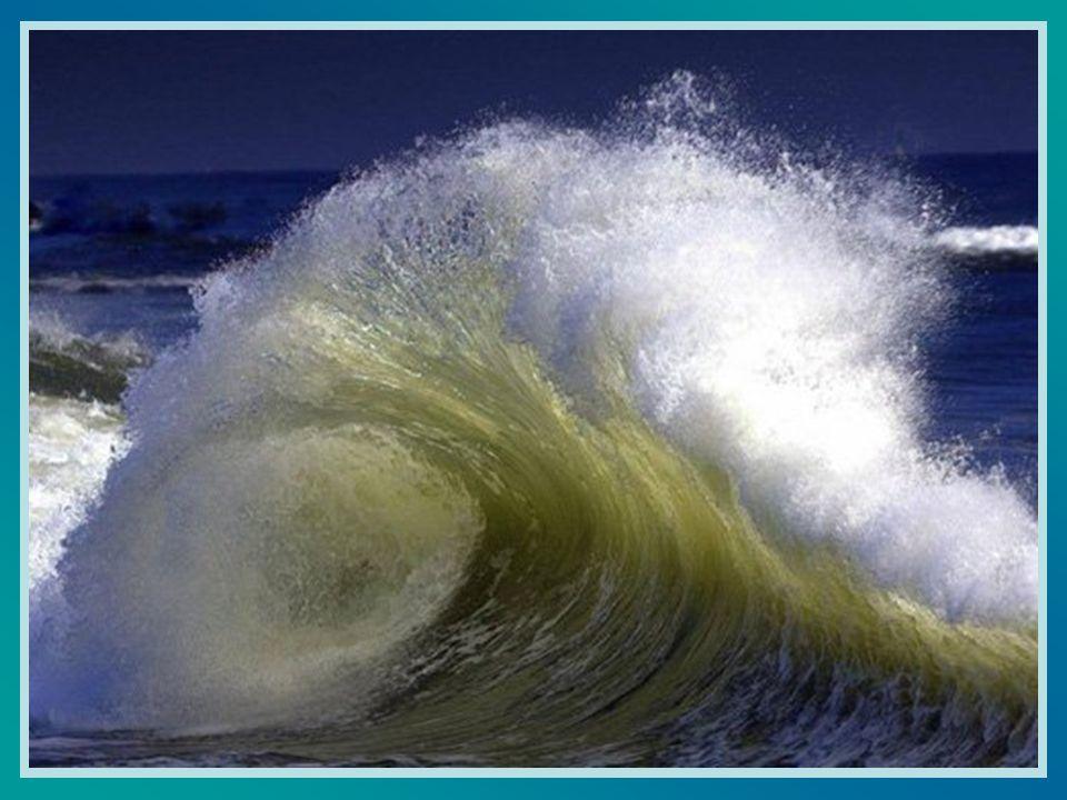 Le onde, da lontano, prendevano il loro slancio. In piedi, superbe e orgogliose balzavano, si spingevano una l'altra, per superare le altre e colpire
