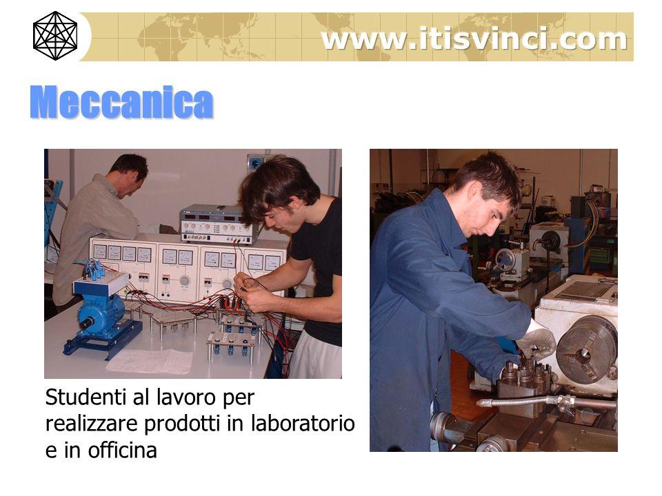 Meccanica Studenti al lavoro per realizzare prodotti in laboratorio e in officina