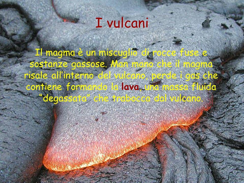 Il magma è un miscuglio di rocce fuse e sostanze gassose. Man mano che il magma risale allinterno del vulcano, perde i gas che contiene formando la la