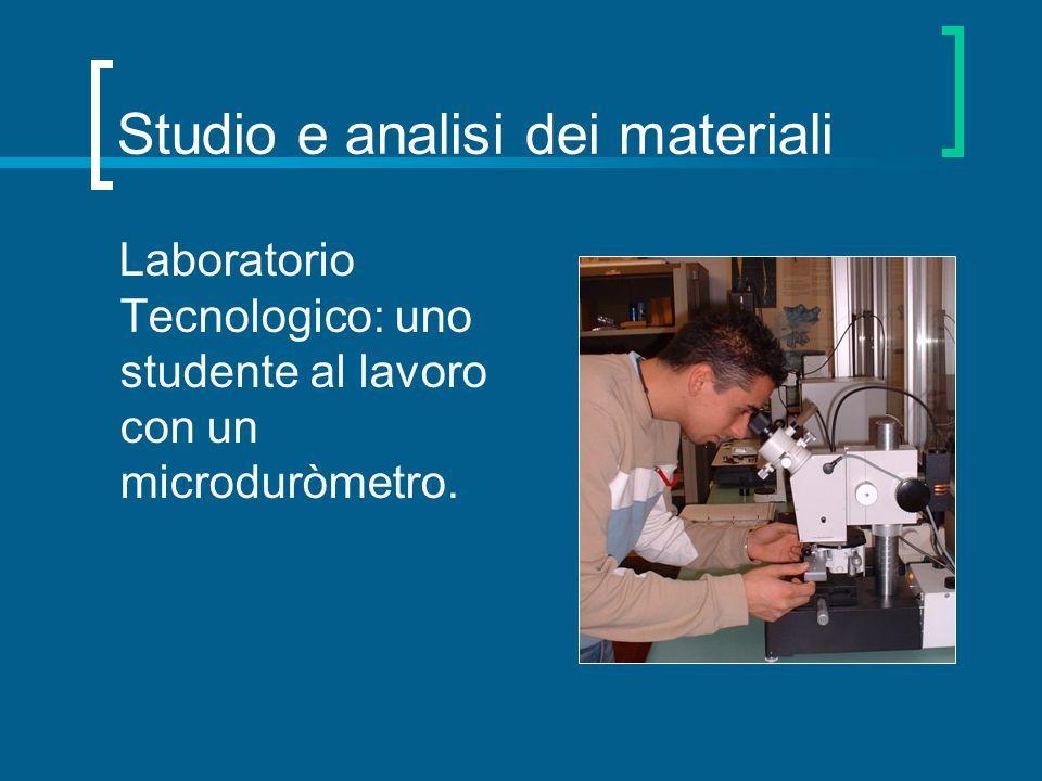 Studio e analisi dei materiali Laboratorio Tecnologico: uno studente al lavoro con un microduròmetro.