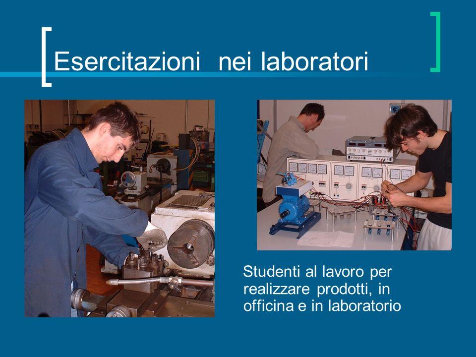 Esercitazioni nei laboratori Studenti al lavoro per realizzare prodotti, in officina e in laboratorio