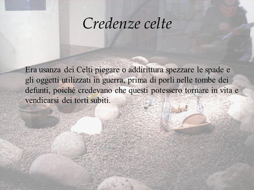 Credenze celte Era usanza dei Celti piegare o addirittura spezzare le spade e gli oggetti utilizzati in guerra, prima di porli nelle tombe dei defunti