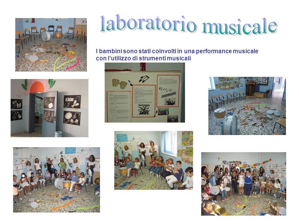 I bambini sono stati coinvolti in una performance musicale con lutilizzo di strumenti musicali