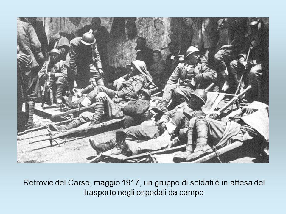 Retrovie del Carso, maggio 1917, un gruppo di soldati è in attesa del trasporto negli ospedali da campo