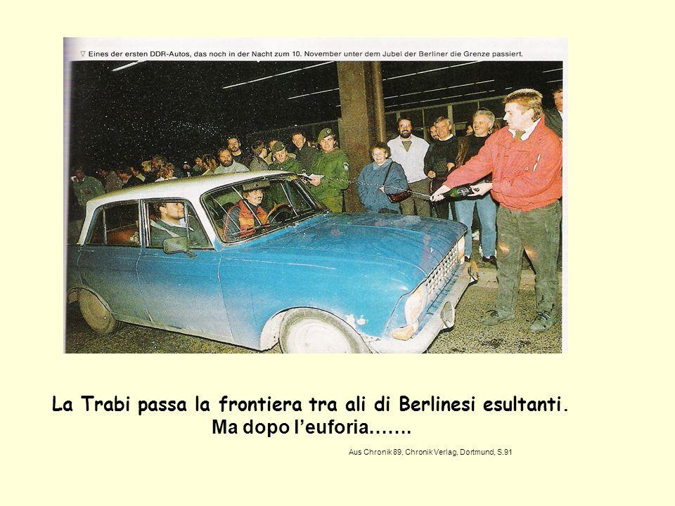 La Trabi passa la frontiera tra ali di Berlinesi esultanti. Ma dopo leuforia……. Aus Chronik 89, Chronik Verlag, Dortmund, S.91