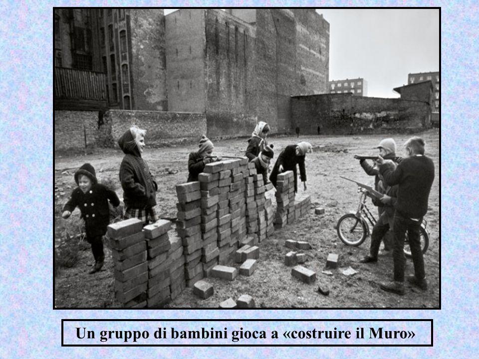 Un gruppo di bambini gioca a «costruire il Muro»