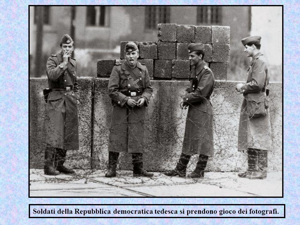 Soldati della Repubblica democratica tedesca si prendono gioco dei fotografi.