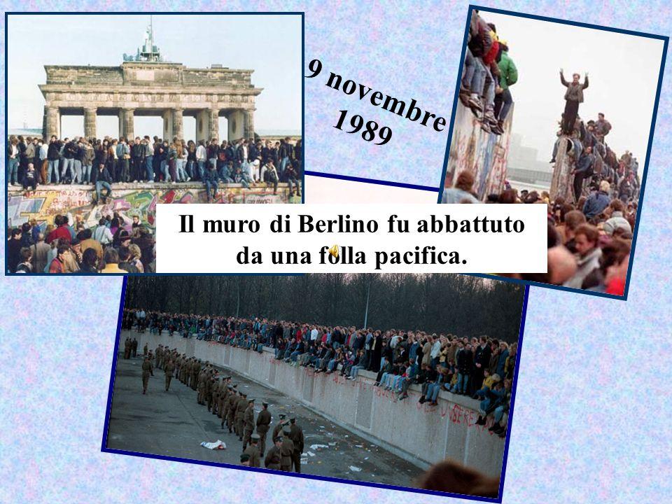 9 novembre 1989 Il muro di Berlino fu abbattuto da una folla pacifica.