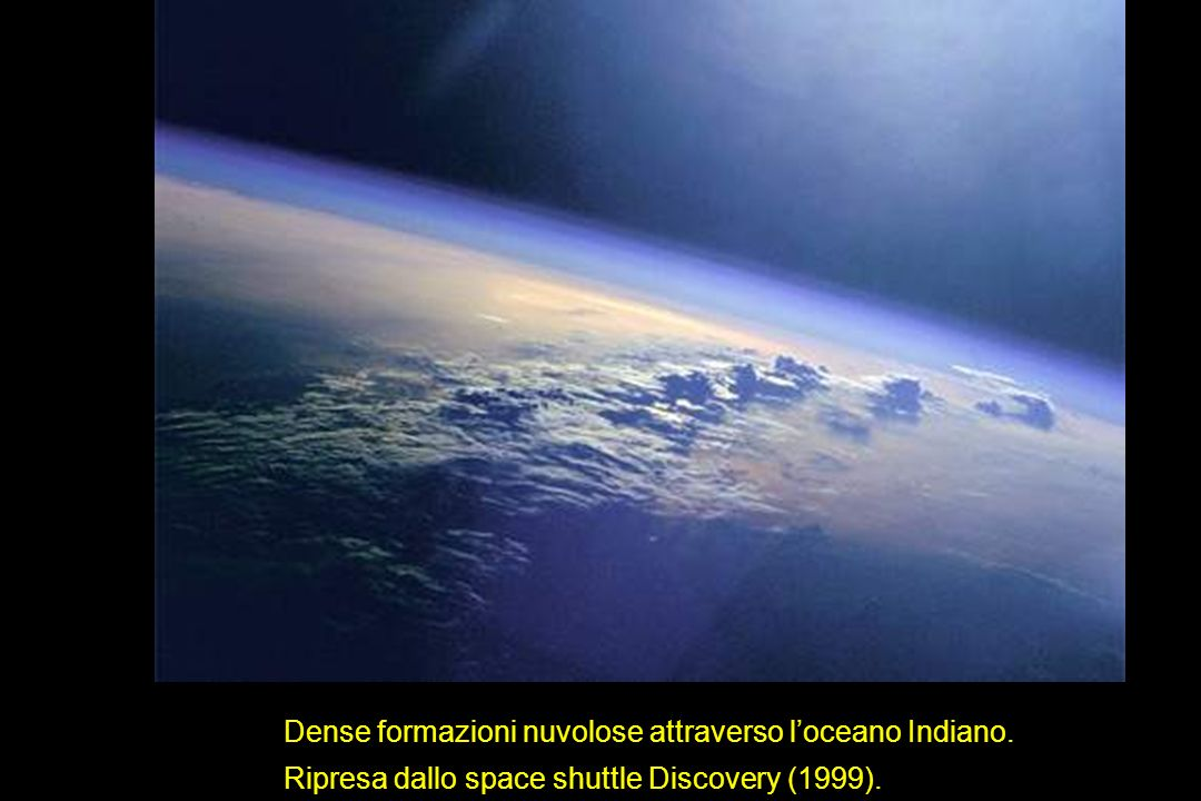 Dense formazioni nuvolose attraverso loceano Indiano. Ripresa dallo space shuttle Discovery (1999).