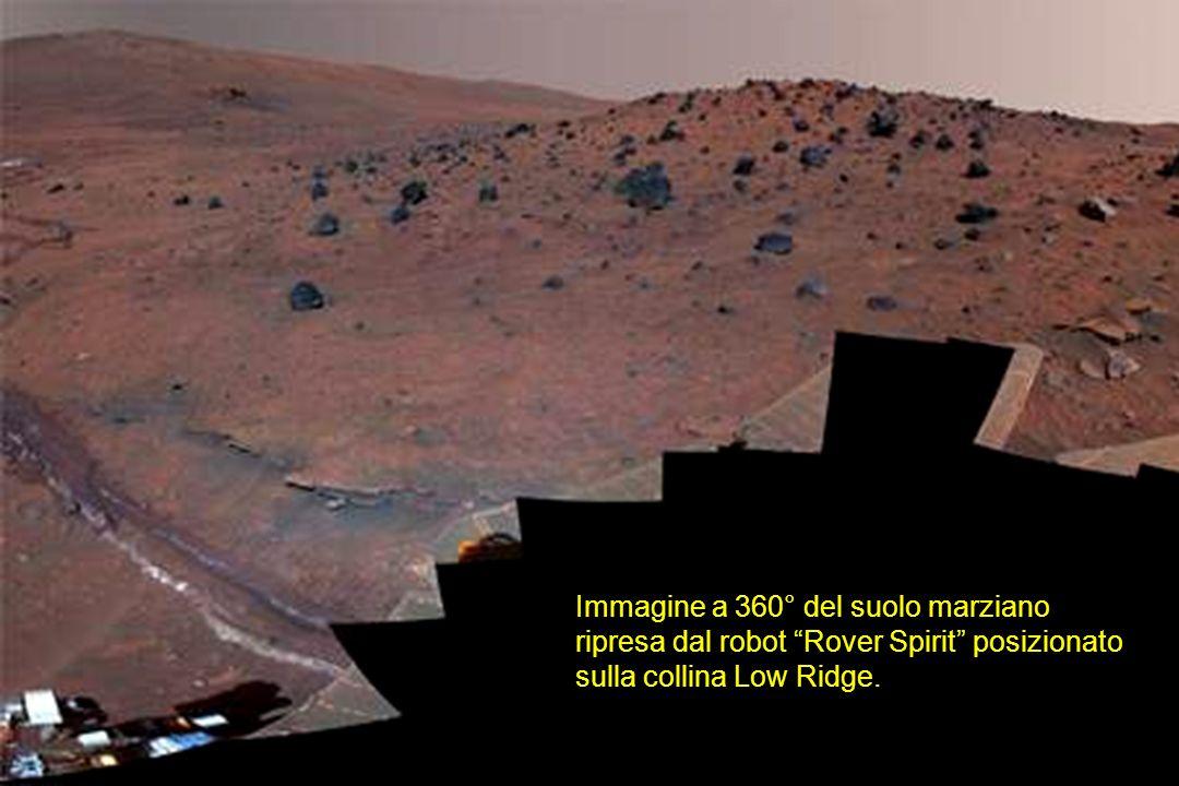 Immagine a 360° del suolo marziano ripresa dal robot Rover Spirit posizionato sulla collina Low Ridge.
