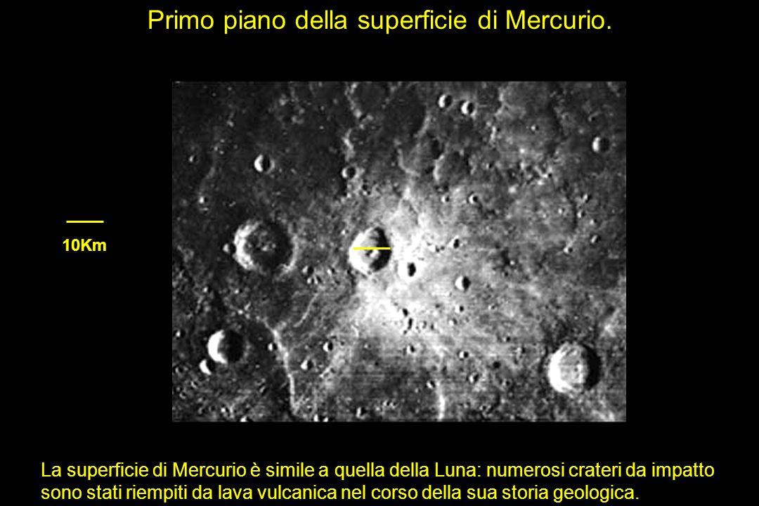 La superficie di Mercurio è simile a quella della Luna: numerosi crateri da impatto sono stati riempiti da lava vulcanica nel corso della sua storia g