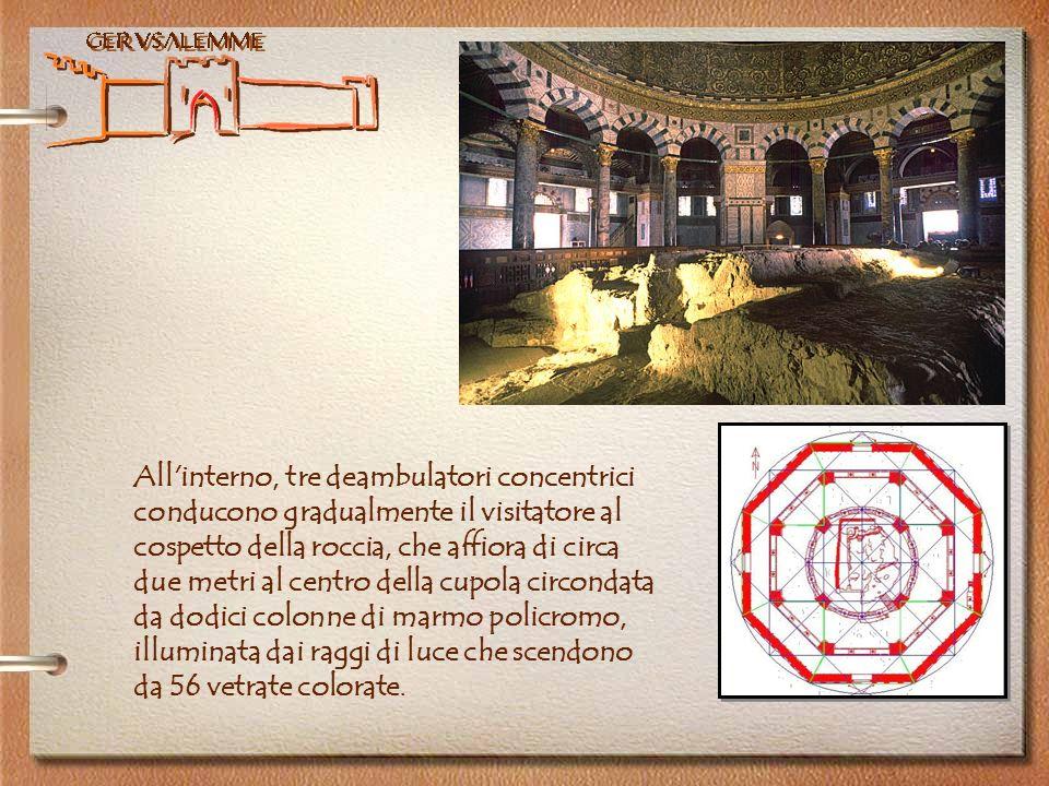 Gerusalemme All'interno, tre deambulatori concentrici conducono gradualmente il visitatore al cospetto della roccia, che affiora di circa due metri al