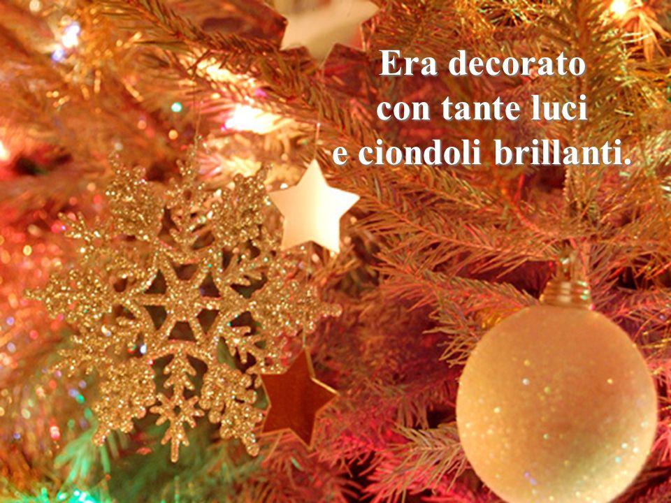 I pacchi erano stati messi sotto un albero. Sai, Giuseppe? Lalbero era dentro le case! Era decorato con tante luci e ciondoli brillanti.