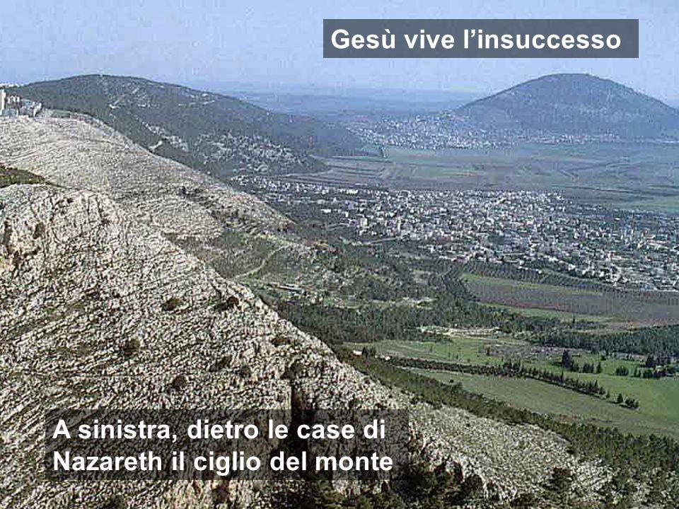 Gesù vive linsuccesso A sinistra, dietro le case di Nazareth il ciglio del monte