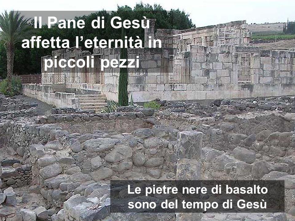 Il Pane di Gesù affetta leternità in piccoli pezzi Le pietre nere di basalto sono del tempo di Gesù