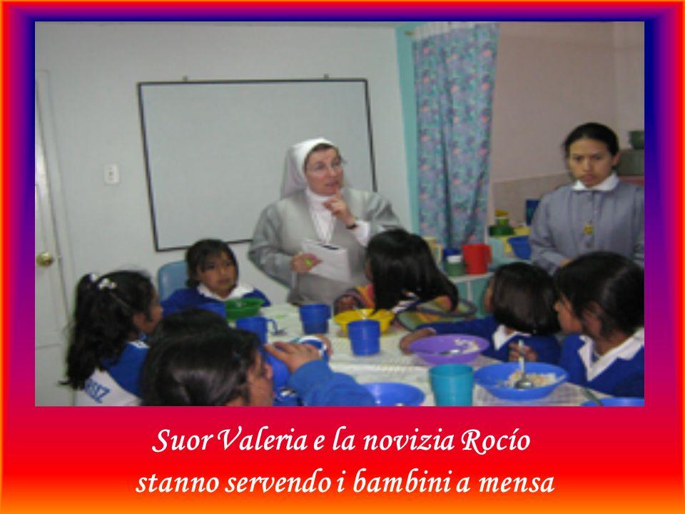 Suor Valeria e la novizia Rocío stanno servendo i bambini a mensa