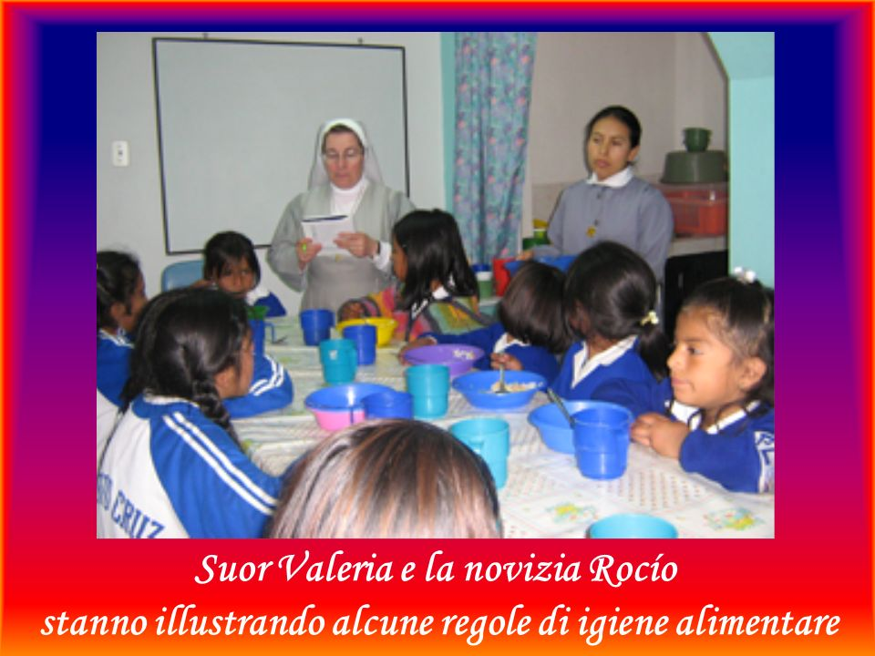 Suor Valeria e la novizia Rocío stanno illustrando alcune regole di igiene alimentare