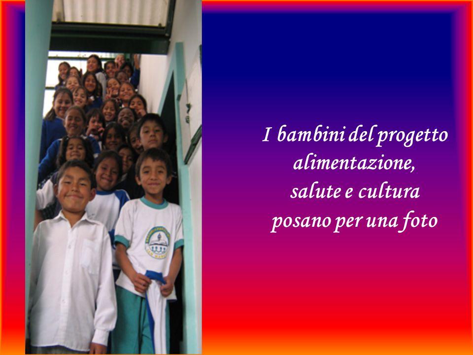 I bambini del progetto alimentazione, salute e cultura posano per una foto