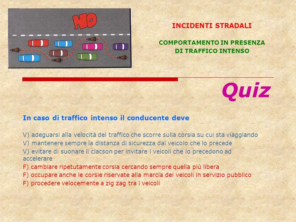In caso di traffico intenso il conducente deve V) adeguarsi alla velocità del traffico che scorre sulla corsia su cui sta viaggiando V) mantenere semp
