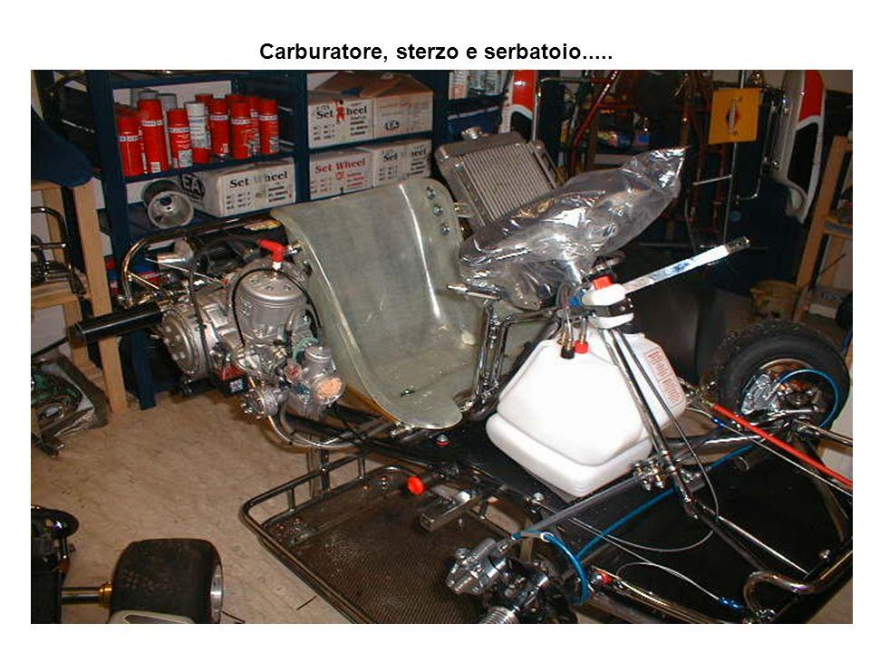 Una volta che il motore è fissato al telaio tramite i cavallotti, si collegano i tubi del radiatore, così insieme alla pompa dell'acqua, l'impianto di