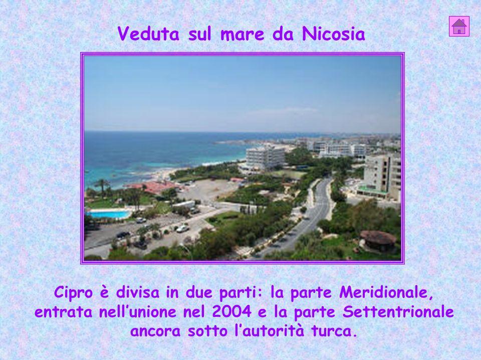 Veduta sul mare da Nicosia Cipro è divisa in due parti: la parte Meridionale, entrata nellunione nel 2004 e la parte Settentrionale ancora sotto lauto