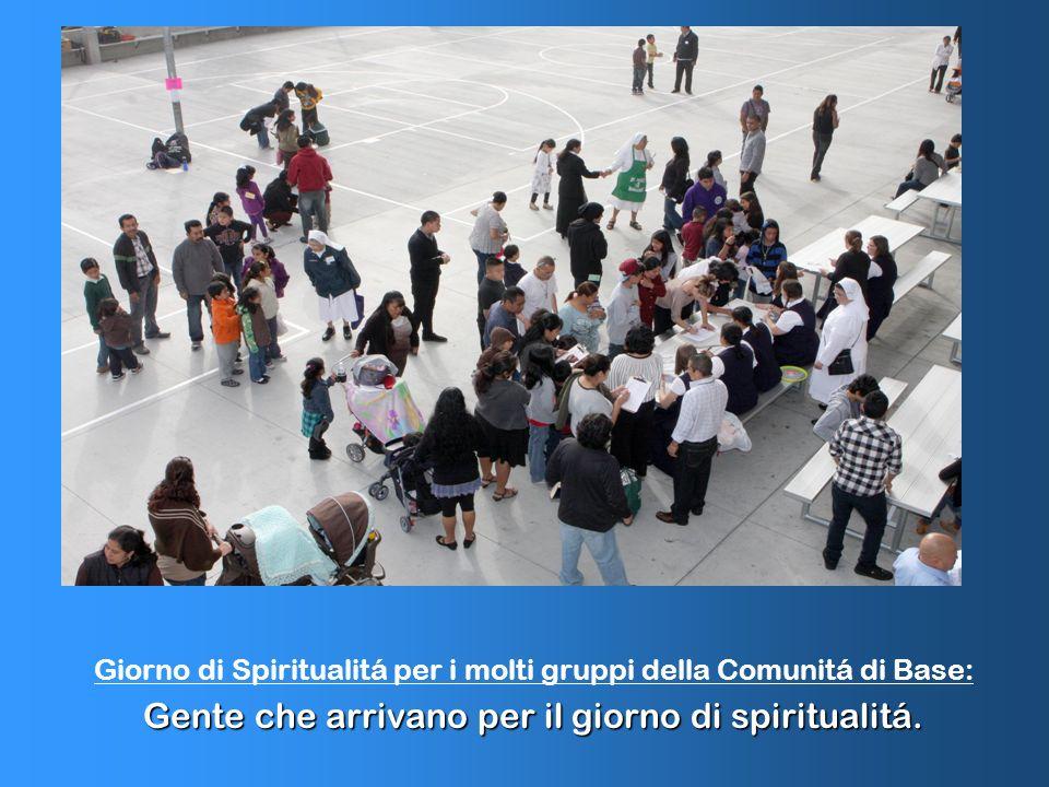 Giorno di Spiritualitá per i molti gruppi della Comunitá di Base: Gente che arrivano per il giorno di spiritualitá.