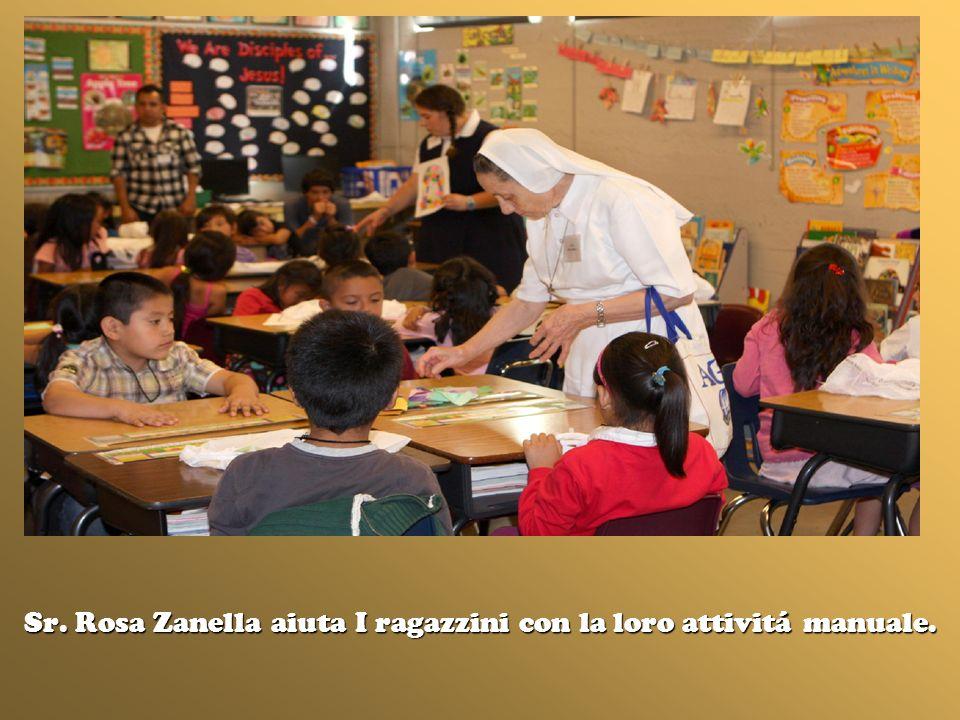Sr. Rosa Zanella aiuta I ragazzini con la loro attivitá manuale.