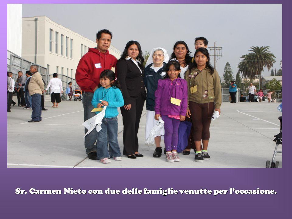Sr. Carmen Nieto con due delle famiglie venutte per loccasione.
