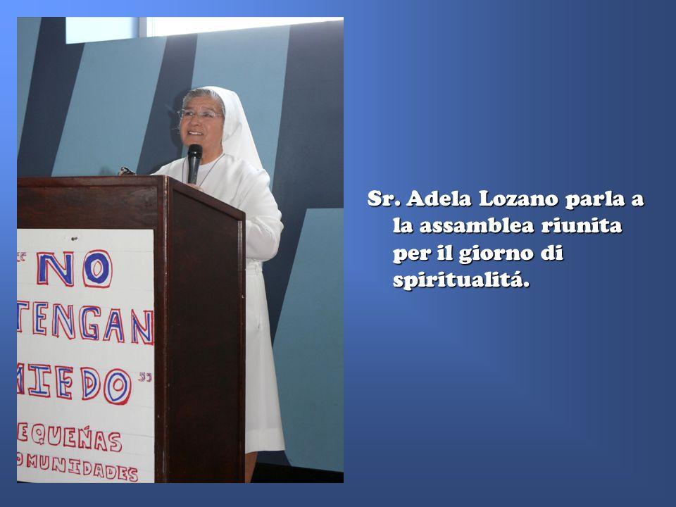 Sr. Adela Lozano parla a la assamblea riunita per il giorno di spiritualitá.