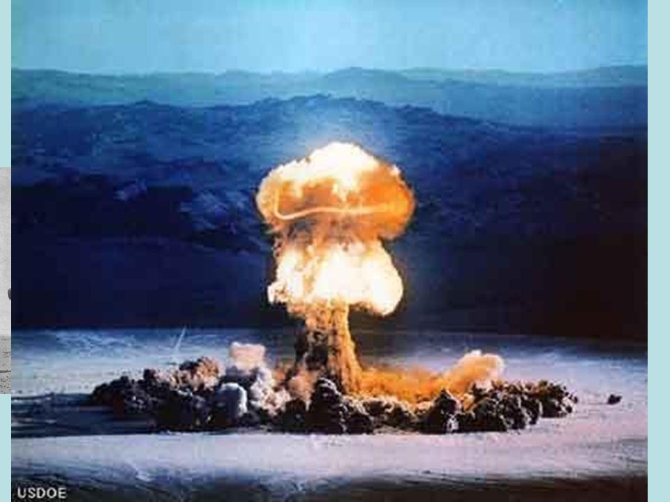 ATTACCO AD OCCIDENTE 10 maggio 1940 attacco contro la Francia, aggirando la linea Maginot e intervendo attraverso Belgio e Olanda per poi sferrare lattacco finale sulle Ardenne e chiudere le forze anglo francesi a nord (Dunkerque) 14 giugno Parigi occupata dai tedeschi 22 giugno armistizio firmato a Rethondes Divisione della Francia in due: parte occupata, repubblica di Vichy guidata dal maresciallo Petain